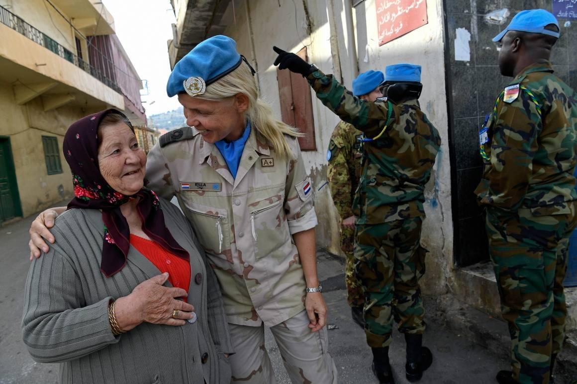 FNs fredsbevarende styrke i Libanon gjennomførte patruljer i gatene med et team beståendeav kun kvinner fra seks ulike land. Her ser vi oberst Ella Van Heuvel som snakker med en lokal kvinne. Foto: UN Photo/ Pasqual Gorriz.