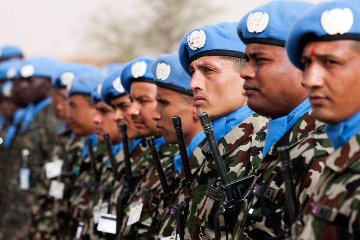 FN-soldater i Darfur i Sudan markerer den internasjonale dagen for fredsbevarende personell i 2012. Foto: UN Photo/Albert González Farran