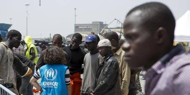 Migranter snakker med en UNHCR-representant etter å ha ankommet med et handelsskip til den sicilianske havnen i Catania, Sør-Italia, 5. mai 2015. Foto: Scanpix / Reuters / Antonio Parrinello.