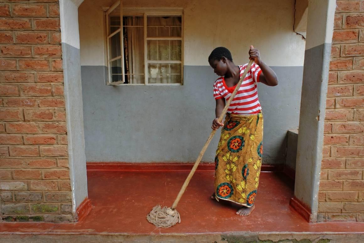 Arkivbilde: En hushjelp vasker gulvet hos en familie hun jobber for i Lilongwe, Malawi. Foto: ILO ved Crozet M.
