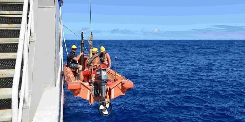 Forskere på vei ut for å hente opp vannprøver. Forskningsskipet Nansen har vært i drift siden 1975, men disse bildene er fra sommerens seks uker lange ekspedisjon i det Indiske hav. Bildet er tatt 7. juli 2015. Foto EAF Nansen.