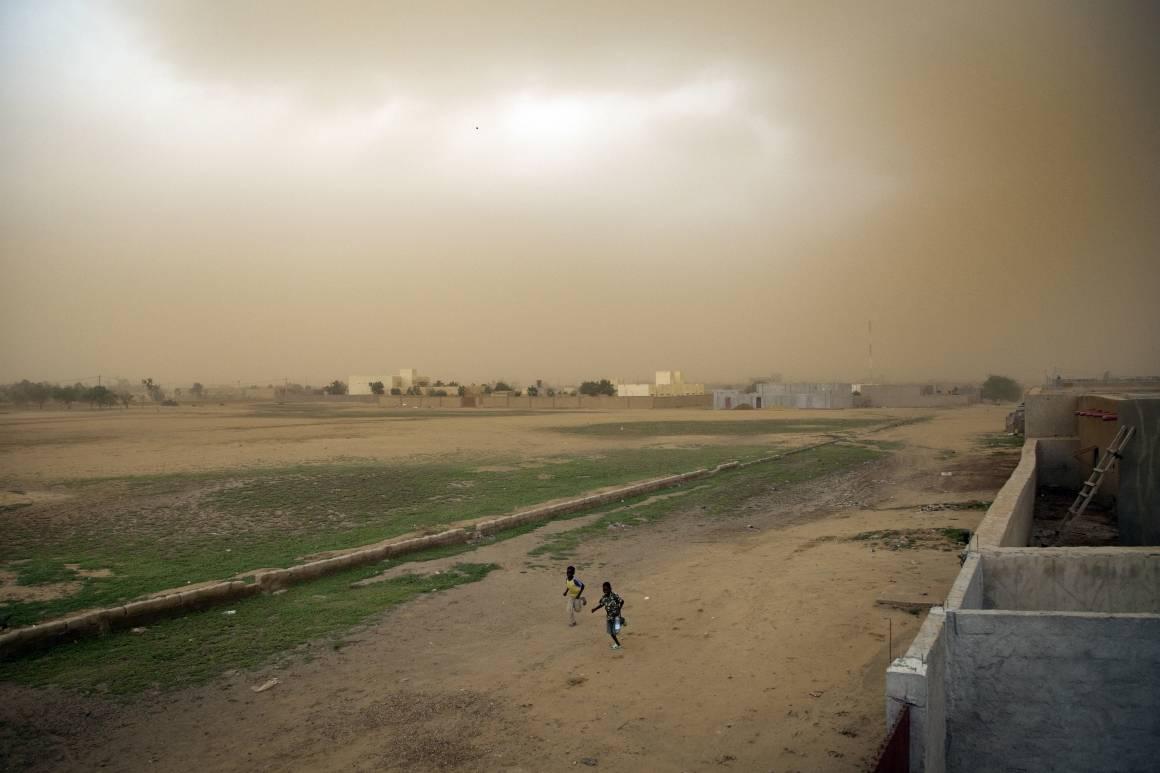 Barn løper fra en sandstorm i Gao, Mali, 2013. Foto: UN Photo/Marco Dormino