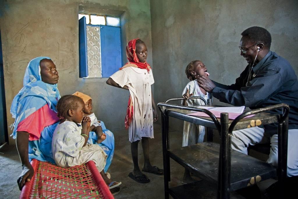 Flyktninger fra Sudan tar en helsetest hos legen før de skal reise hjem. Foto: UN Photo/Albert Gonzalez Farran.