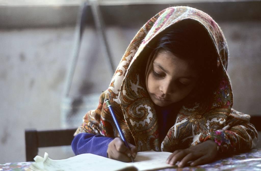 En jente gjør lekser i Karachi, Pakistan. Foto: UN Photo/John Isaac.