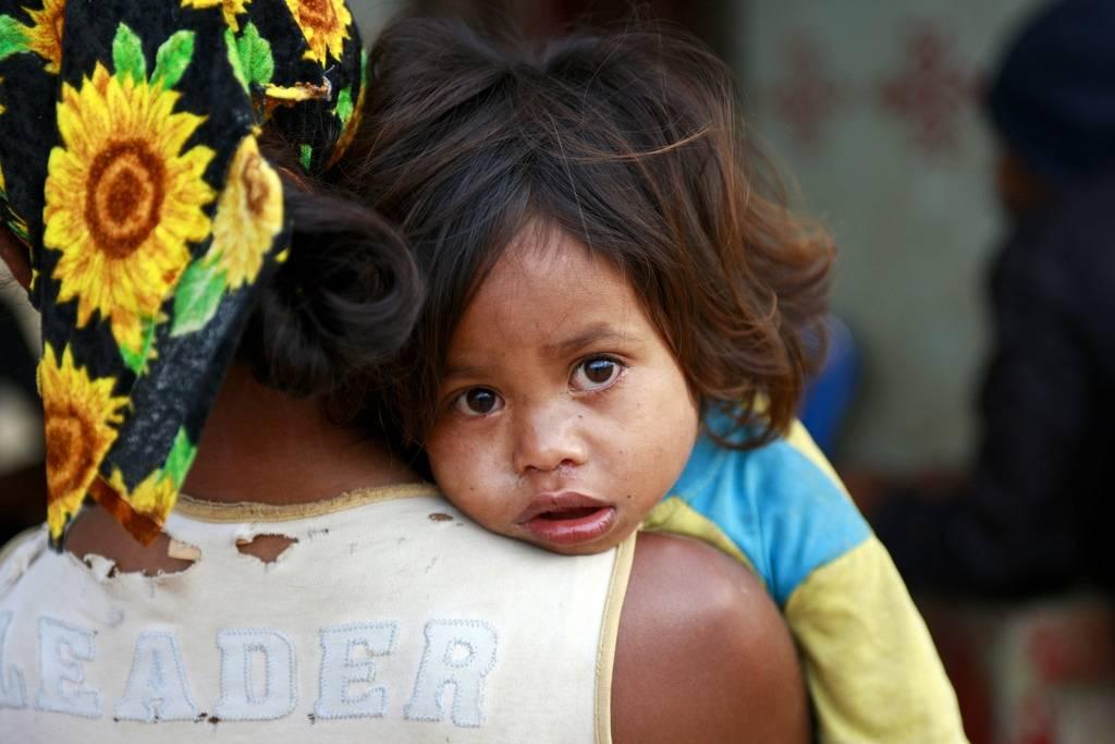 En jente hviler på skulderen til moren sin i Øst-Timor. Foto: UN Photo/Martine Perret.