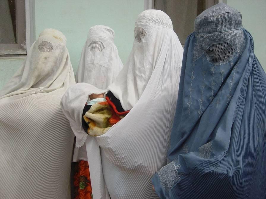 Afghanske kvinner i burqa bærer et nyfødt barn. Foto: Salma Zulfiqar/IRIN