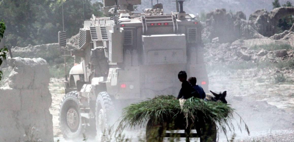 Afghanske barn følger med på at pansrede kjøretøy passerer gjennom Arghandab Valley. Foto: Jason Gutierrez/IRIN