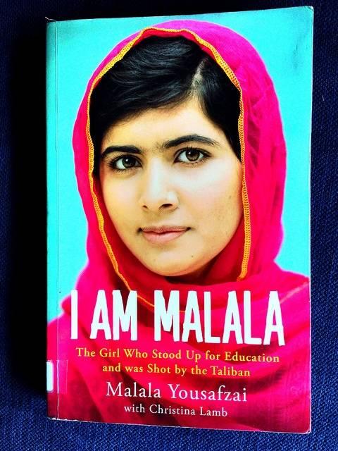 Bildet viser Malala Yousafzais bok, jenta som ble skutt av Taliban for å ha krevd skolegang for jenter. Hun vant Nobel fredspris i 2014. Foto: Flickr/Jabiz Raisdana