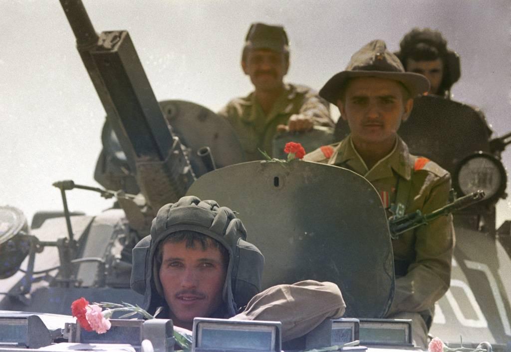Sovjetiske soldater har pyntet tanksene med roser når de trekker seg ut av Afghanistan i mai 1988. Foto: V. Kiselev/Creative Commons