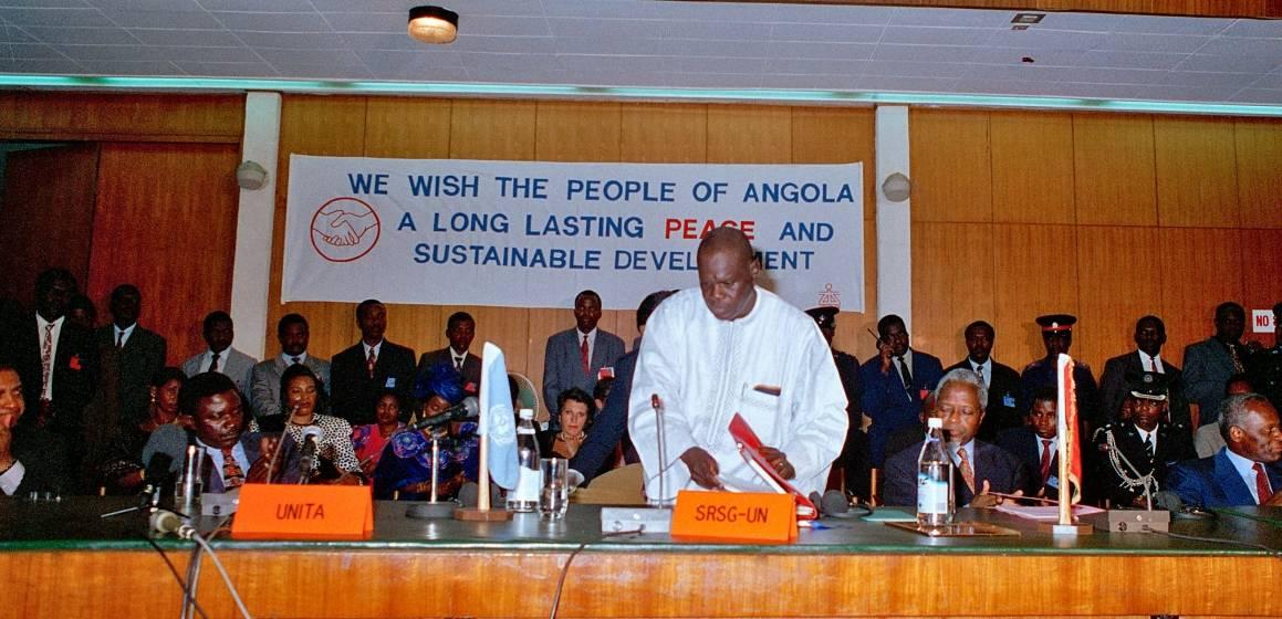 Regjeringen og UNITA signerer fredsavtalen i Lusaka i 1994. Foto:UN Photo/B.Mulenga