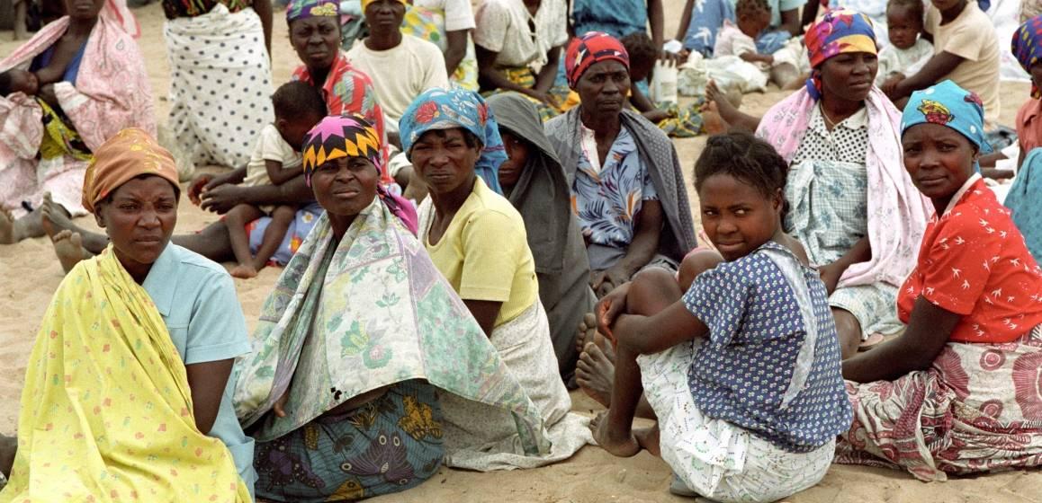 Angolske kvinner venter utenfor et valglokale i byen Sumbe i 1992. Foto: UN Photo/Milton Grant