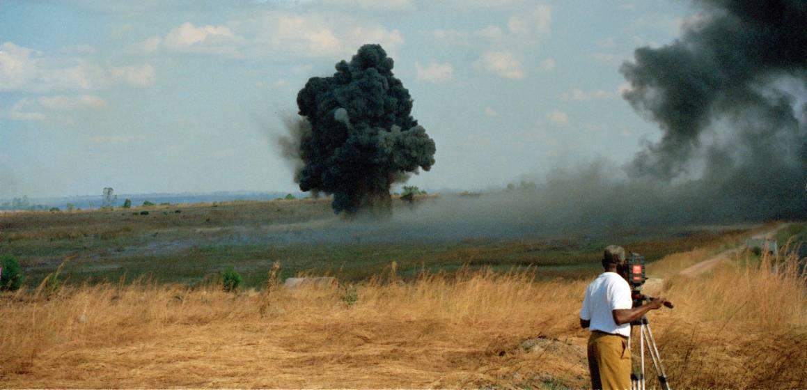 En mine blir sprengt av mineryddere fra FN-styrken UNAVEM III, i 1996. Foto: UN Photo/John Charles Monua