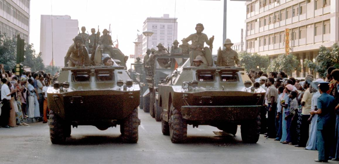 MPLA-tropper i parade på frigjøringsdagen i 1975. Foto: UN Photo/Jean Pierre Laffont