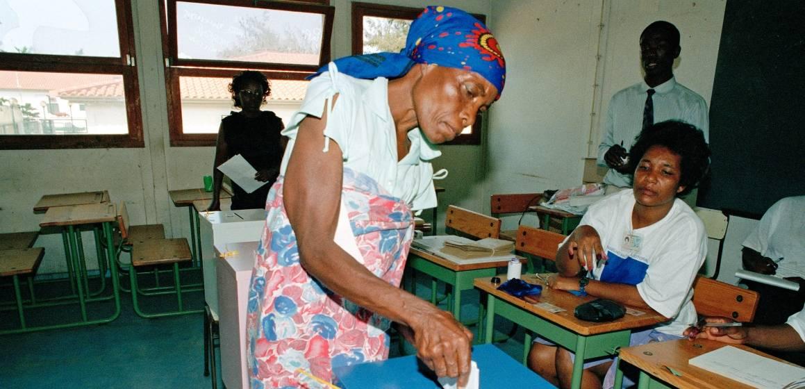 En kvinne avgir sin stemme under valget i Angola i 1992. UN Photo/Milton Grant