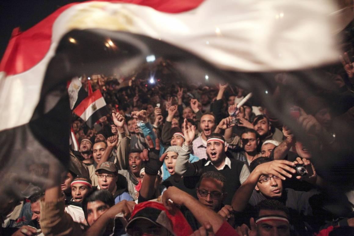 Egypterne feirer nyheten om at President Hosni Mubarak har gått av på Tahrirplassen i Kairo. Foto: AP Photo/Tara Todras-Whitehill