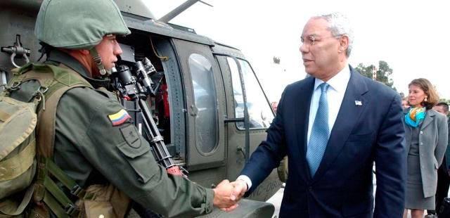 USAs utenriksminister besøker Colombia for å støtte opp om Plan Colombia i 2003. Foto: PD-USGOV.