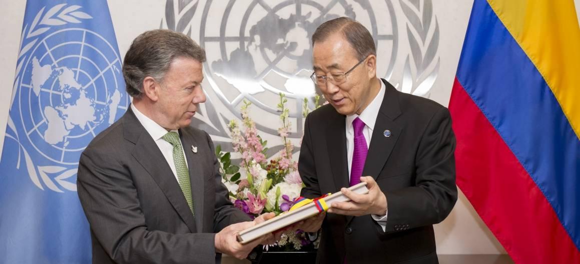 Den colombianske presidenten Santos overrekker en kopi av fredsavtalen til FNs generalsekretær Ban Ki-moon i september 2016. Foto: UN Photo/Rick Bajornas