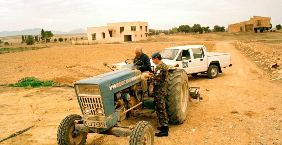 En britisk soldat fra FNs fredsbevarende styrke på Kypros, UNFICYP sjekker identitetspapirene til en kypriotisk bonde.UN Photo/John Isaac