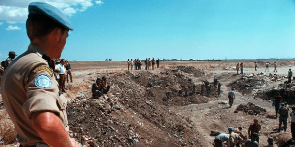 Rauhanturvaaja tarkkailee tilannetta syystäkin tarkkaan: kuvattu Marathan alue oli vuoden 1974 elokuussa synkän turkinkyprosinlaisten joukkosurman tapahtumapaikka.