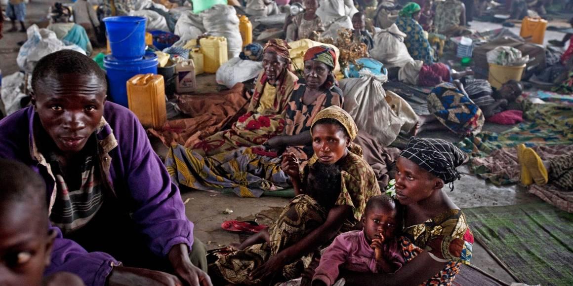 Familier som har flyktet fra kamper mellom regjeringsstyrker og M23 søker ly på et barnehjem i Goma.Foto: Kate Holt/IRIN
