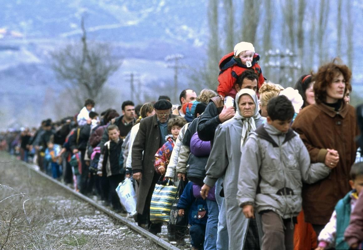 En kø av flyktninger langs en toglinje ut fra Blace-området i den tidligere joguslaviske republikken Makedonia