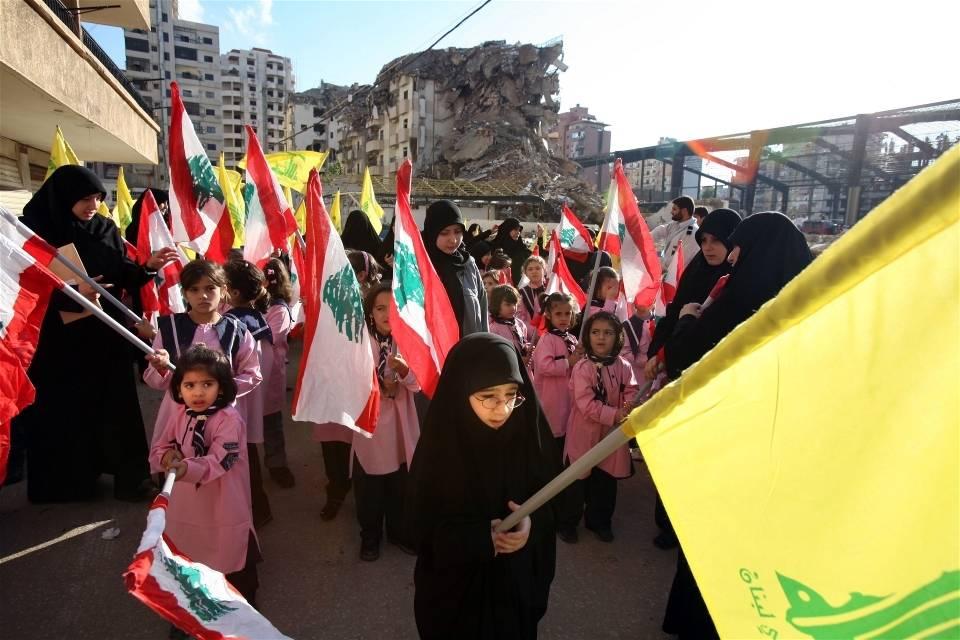 Unge demonstranter i ruinene etter bombeangrep i Sør-Beirut, etter konflikten mellom Israel og Hizbollah høsten 2006.