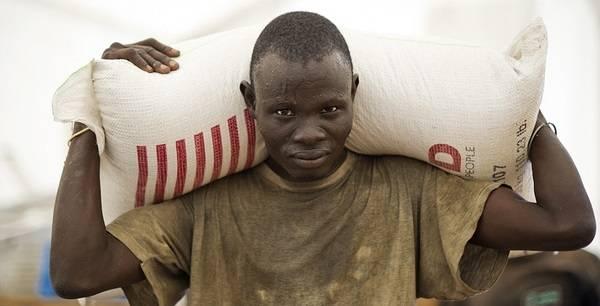 Matforsyninger ankommer FNs matvarprogram, World Food Programmes stasjon i Juba (Foto: Flickr/WFP/Giulio d'Adamo
