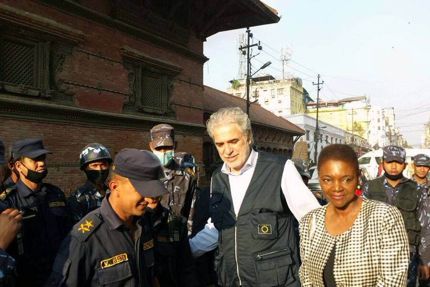 Under-generalsekretær for humanitære saker, Valerie Amos (høyre), besøker Katmandu etter jordskjelvet i Nepal 25. april 2015. Hun går sammen med EU-kommissær for nødhjelp og krisehåndtering, Christos Stylianides. Foto: UN OCHA Asia Pacific.