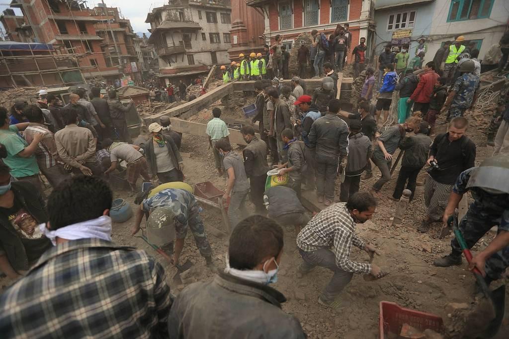 I dagene etter jordskjelvet hastet det å rydde for å finne de som var nedgravd og var fortsatt i live. Bildet viser opprydning i Katmandu. Foto: Laxmi Prasad Ngakhusi/UNDP Nepal