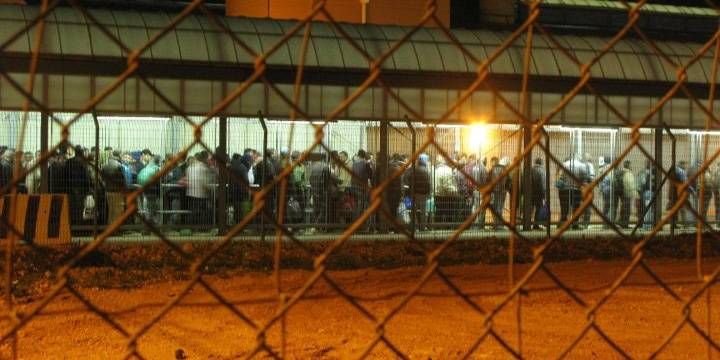 Palestinere som arbeider i Israel står i kø for å komme gjennom kontrollposten i Qalqilia. Foto: Ida Jørgensen Thinn