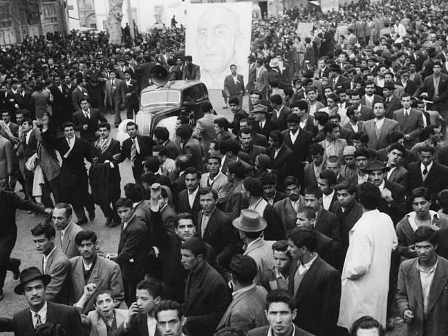 En pro-Mossadeq demonstrasjon i den iranske hovedstaden Teheran i 1952, året før Mossadeq ble avsatt gjennom et statskupp støttet av USA og Storbritannia. Foto: Wikimedia Commons.