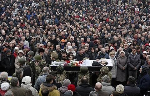 Anti-Janukovitsj demonstrasjoner førte til dødsfall i sammenstøt med politiet. Bildet viser en begravelseseremoni 22. februar 2014, samme dag som det ukrainske parlamentet stemte for å avsette den demokratisk valgte presidenten, Viktor Janukovitsj. Janukovitsj definerte protestene og parlamentets avgjørelse som et statskupp og forlot landet