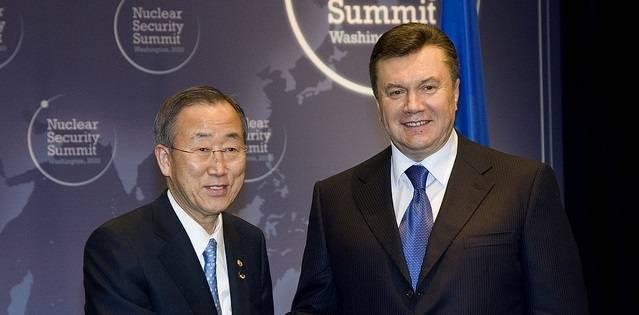 Ban Ki-moon sammen med Viktor Janukovitsj i Washington D.C. under et atomsikkerhetsmøte 13. april 2010.
