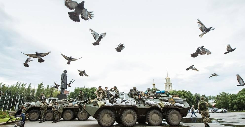Her er ukrainske stridsvogner stasjonert som en del av en militæroperasjon mot de prorussiske opprørerne i Øst-Ukraina, 8.juli 2014.