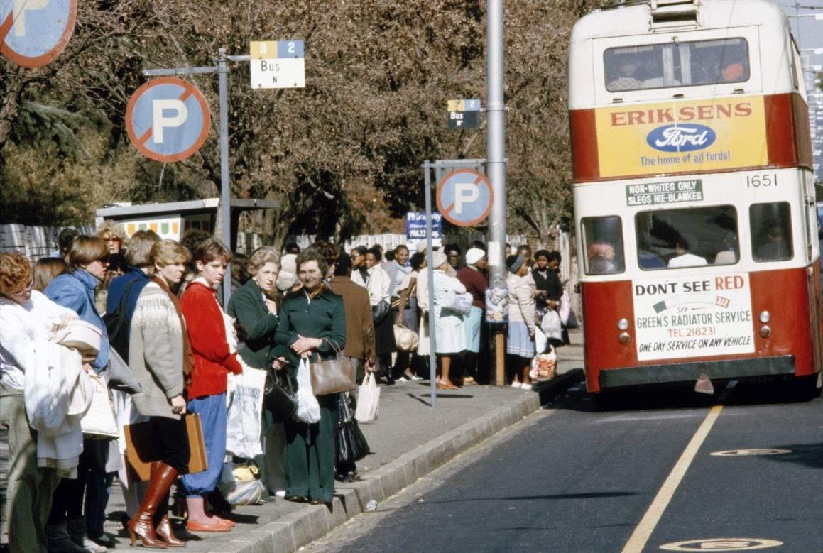 Den hvite og afrikanske befolkningen i Sør-Afrika har hver sin holdeplass, side om side. Bildet er fra 1982. UN Photo.