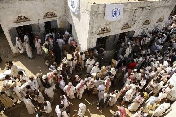 Flertallet av de internt fordrevne er spredt utover de nordlige områdene i Jemen på søken etter mat og husly. Bildet viser Mazrak-leiren hvor FNs matvareprogram (WFP) deler ut mat. Foto: Hugh Maclead/IRIN/Flickr