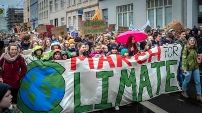 Ungdommer marsjerer for klimaet i Tyskland i 2019. Når klimatoppmøtet åpner i Glasgow, ventes tusenvis av aktivister til byen. Foto: Unsplash/ Mika Baumeister