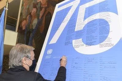 Generalsekretær António Guterres signerer innledningen til FN-pakten i anledning FNs 75 årsdag. Foto: UN Photo/Manuel Elías