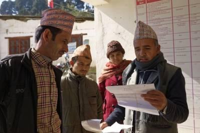 Illustrasjonsfoto fra Nepal: Arbeidsinnvandrere følger en sjekkliste før de kan begynne arbeidet. Foto: ILO/Crozet M.