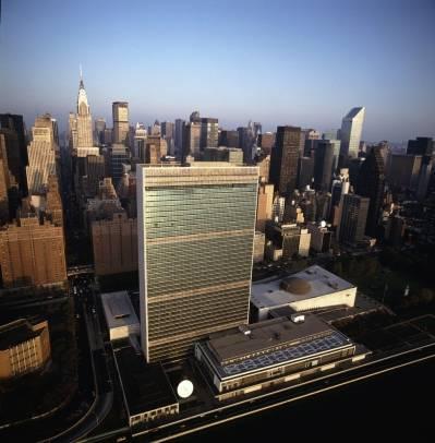 FN-bygningen sett fra lufta, ved siden av East River.
