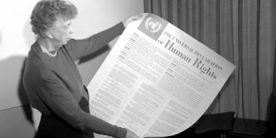 Eleanor Roosevelt holder opp en stor kopi av Verdenserklæringen for menneskerettigheter. Foto: UN Photo.