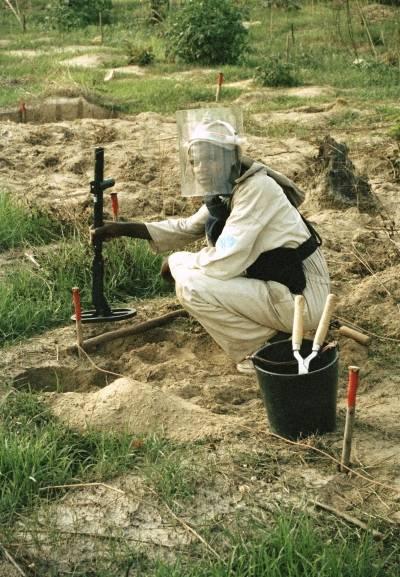 FN-styrken UNAVEM III rydder miner i en skolegård i Kuito, Angola i 1995. UN Photo/John Charles Monua
