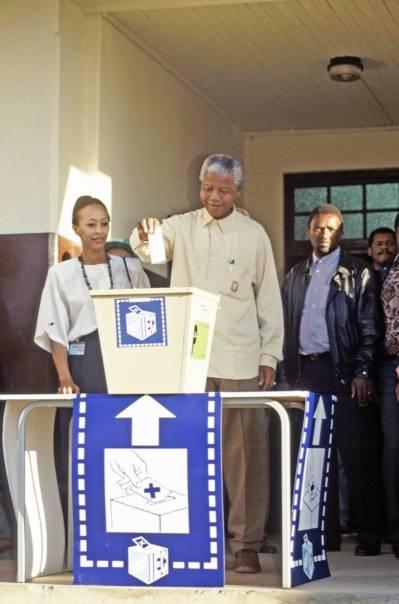 Nelson Mandela stemmer i presidentvalget i 1994. UN Photo/Chris Sattlberger