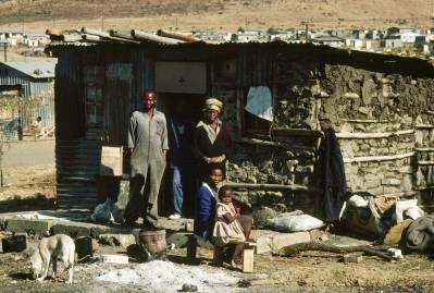 Denne familien er blitt tvangsflyttet til «hjemlandet» KwaZulu. Bildet er fra 1982. UN Photo.
