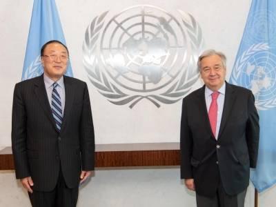 Kinas FN-ambassadør møtte generalsekretær António Guterres i mai. Landet har presidentskapet i Sikkerhetsrådet denne måneden. Foto: UN Photo/Eskinder Debebe