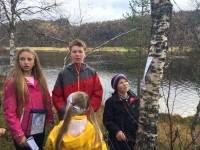 Denne gruppa fann posten i bjørkeskogen. Foto: Sinnes skule