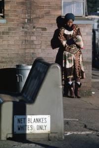 Benken er ledig, men hun kan likevel ikke sette seg ned. Den er nemlig kun for hvite. Slik var det i Sør-Afrika i 1982. UN Photo/DB